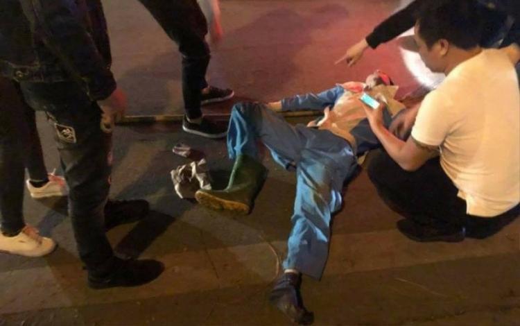 Nam công nhân bất tỉnh, chấn thương nặng sau khi bị tông trúng.