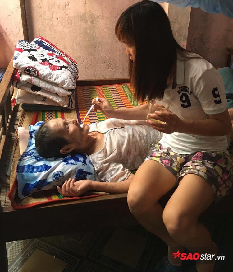 Thùy Trang là người con gái có hiếu, luôn lo lắng cho mẹ già.