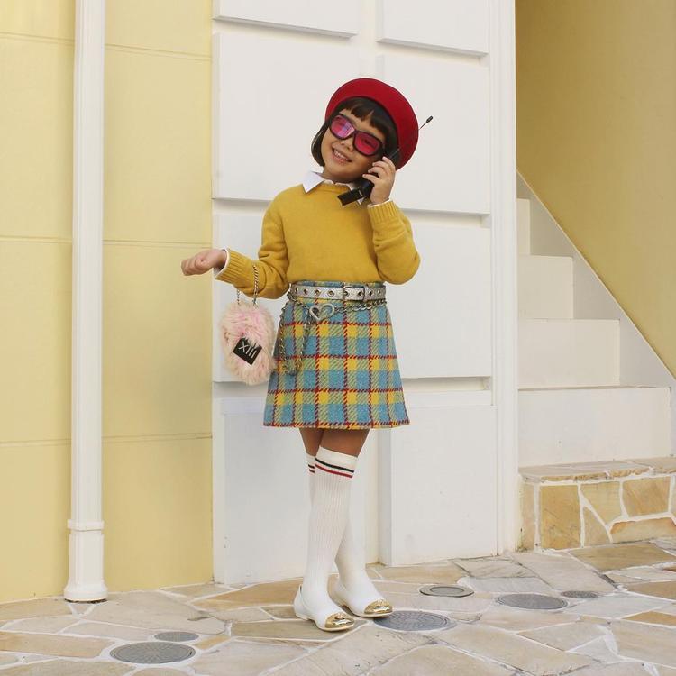 Nón bánh tiêu, áo sweater cùng chân váy caro của các Ulzzang xứ Hàn được Coco học hỏi cho outfit của mình.