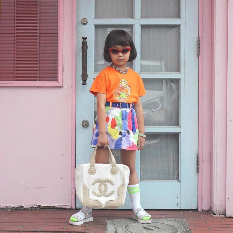 Việc lựa chọn những set đồ có gam màu nóng khiến cho nàng công chúa Coco trông vô cùng đáng yêu.