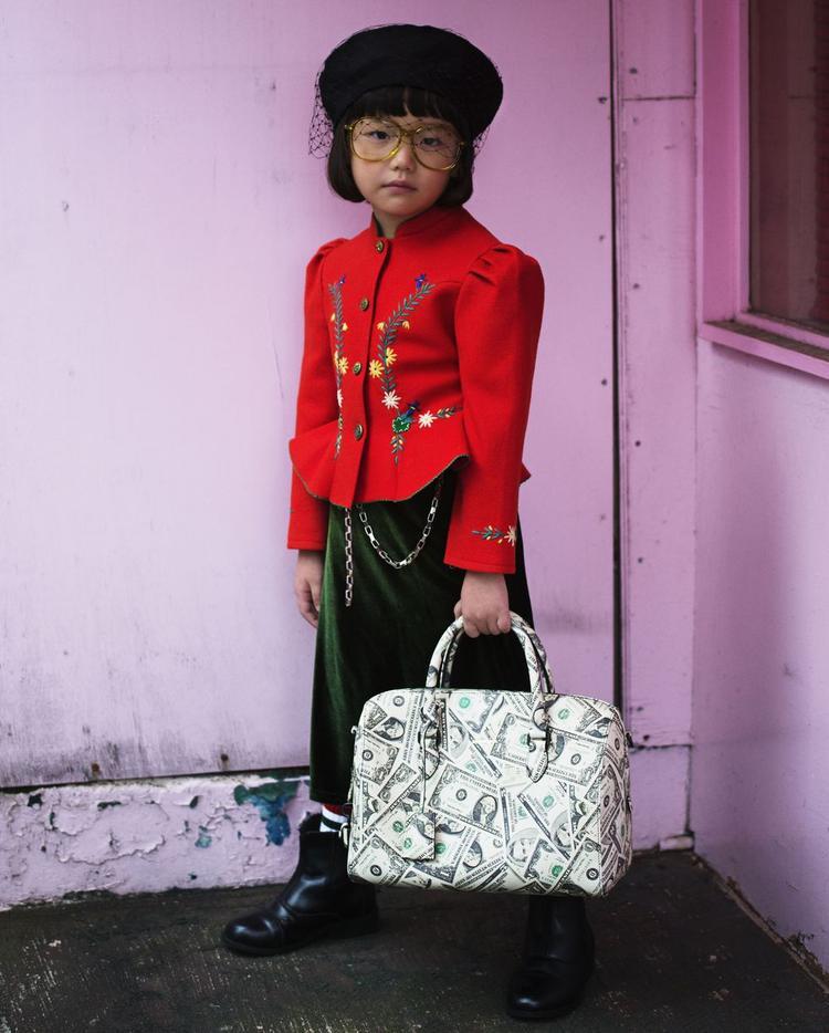 """Không để trở thành phiên bản mini của bất kì ai, Coco luôn có phong cách thời trang ổn định và vô cùng """"Harajuku"""". Với mũ từ Dior, kính mắt Gucci, túi xách Balenciaga thì outfit của fashion icon nhí sẽ trông thời thượng hơn."""