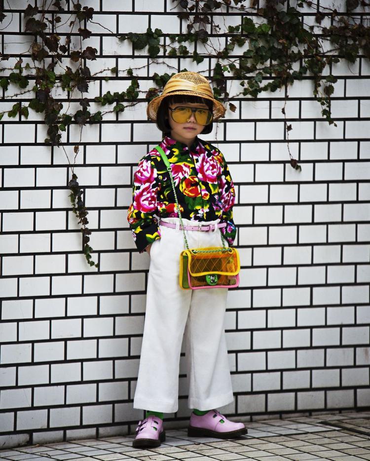 Set đồ với mắt kính từ Dior, túi plastic Chanel và giày của Dr.Martens trên người cô bé ước tính hơn trăm triệu.