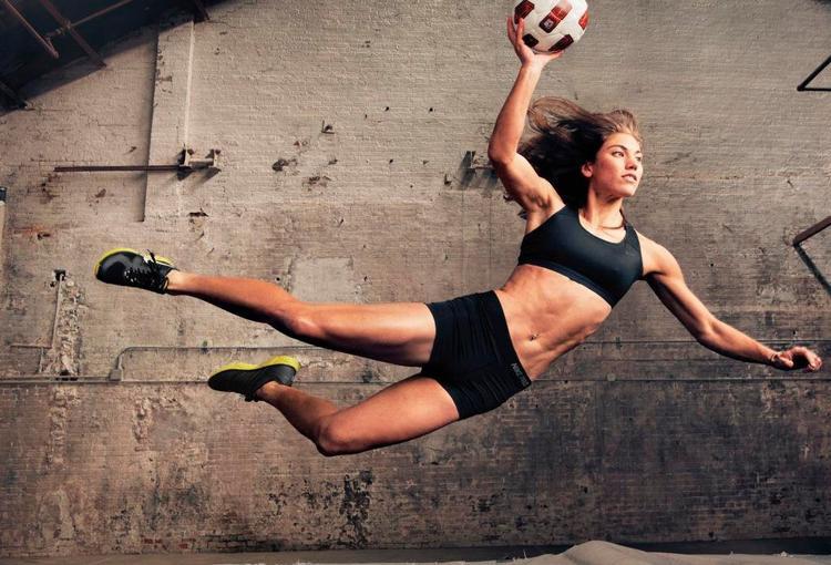 Hope Solo sinh năm 1981 - là thủ môn số 1 của ĐT nữ Mỹ và được đánh giá một trong những nữ cầu thủ xinh đẹp, gợi cảm nhất thế giới.