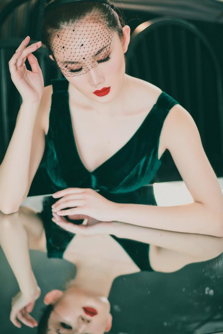 Trong một chiếc váy khác, cô nàng bất ngờ đẹp hút hồn như một quý cô cổ điển thật sự.