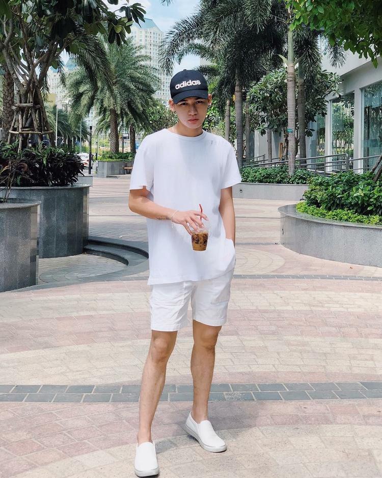 Ali Hoàng Dương có vẻ ngày càng thích diện đồ đơn sắc khi chọn một outfit full white xuống phố. Chiếc nón Adidas giúp nam ca sĩ trông thể thao và năng động hơn.