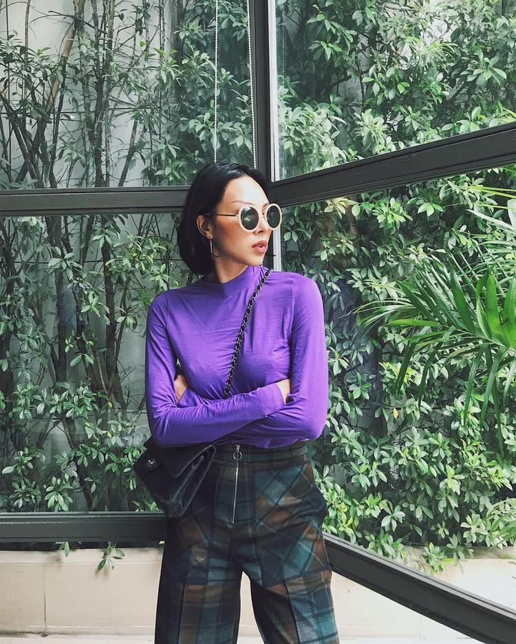"""Minh Triệu quả là một trong những siêu mẫu có gout thời trang siêu chất. Màu tím đang được giới mộ điệu cho rằng sẽ thống lĩnh thị trường thời trang 2018 thì siêu mẫu đã """"ẫm"""" ngay một item màu tím về tủ đồ street style của mình."""