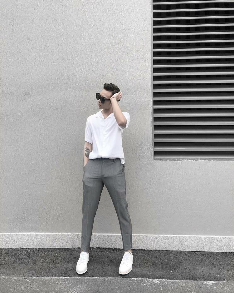 Soobin Hoàng Sơn đẹp trai chuẩn soái ca trong set đồ đơn giản và tinh tế. Chỉ sử dụng 2 gam màu trắng và xám nhưng có vẻ anh chàng trông vẫn vô cùng có sức hút.