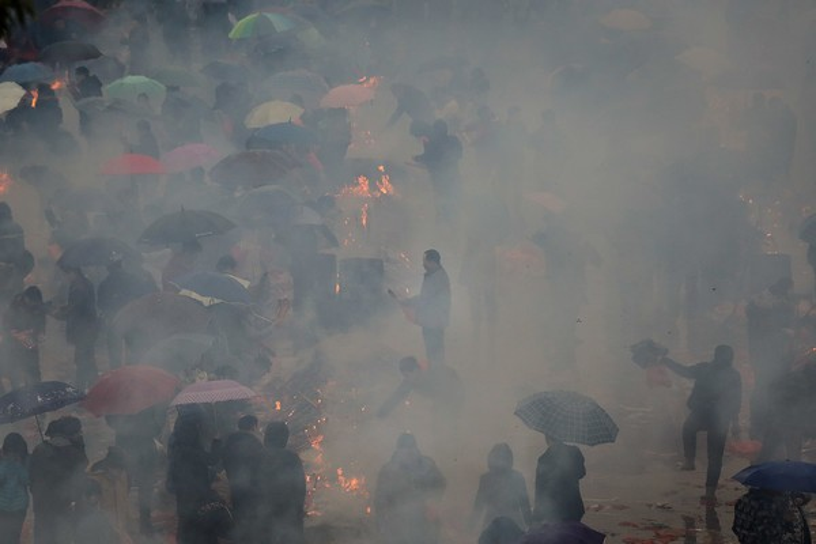Người dân chen chân, ngập chìm trong hương khói.