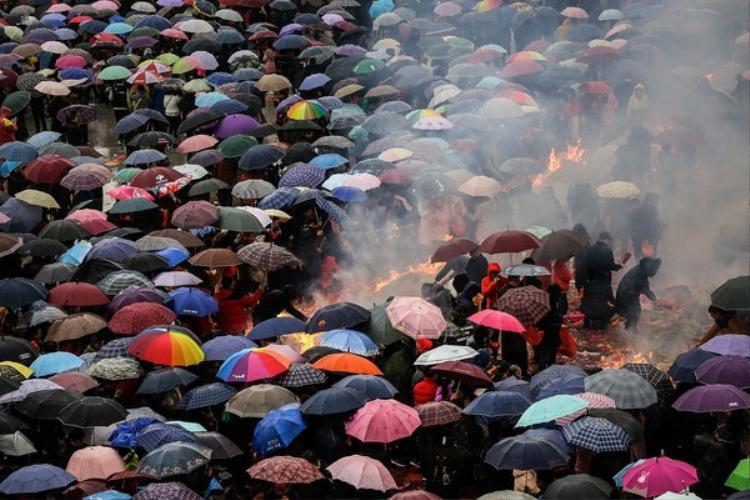 Hoạt động cúng bái Thần Tài ở chùa Quy Nguyên kéo dài từ tờ mờ sáng tới tối mịt. Vào ngày này, ngôi chùa đã đón tiếp hơn 600.000 người tới dâng hương.