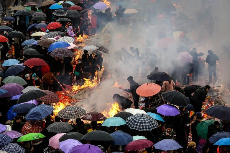 Để cầu một năm phát tài phát lộc, mọi người sẵn sàng đội mưa đội gió dâng hương.