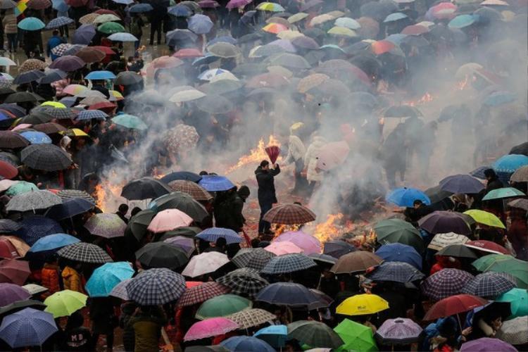 Mặc dù vào ngày mồng 5 Tết, ở Vũ Hán có mưa nhưng dòng người vẫn liên tục đổ về chùa Quy Nguyên để cúng bái Thần Tài.