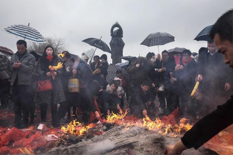 Vào buổi sáng, người dân Trung Quốc dậy sớm, quét dọn nhà cửa và đốt pháo, xua đi những gì tồi tàn để rước Thần Tài vào nhà.