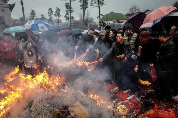 Sau đó, người dân tới những nơi rước thần tài để đốt nhang, cúng bái, cầu năm một năm suôn sẻ, làm ăn phát đạt.