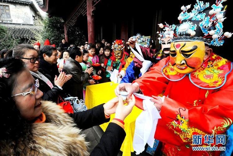 """Vào dịp này, hoạt động rước Thần Tài cũng diễn ra ở nhiều nơi. Tại Tô Châu, Giang Tô, Trung Quốc, những người hóa trang thành Thần Tài sẽ chúc rượu những người làm kinh doanh. Rượu này được gọi là """"rượu đầu đường""""."""