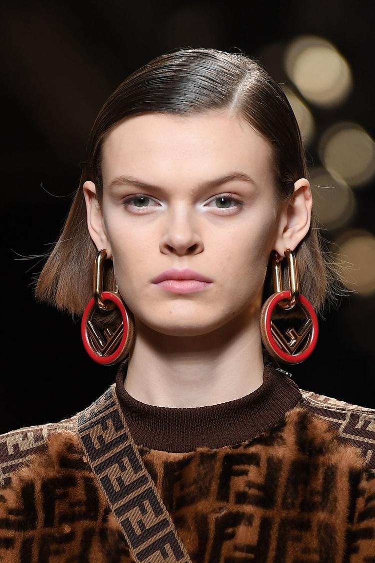 Bên cạnh kính mắt, hoa tai cũng là một món phụ kiện được các thương hiệu làm theo kích thước lớn tạo vẻ ấn tượng hơn trong tuần lễ thời trang thu, đông 2018.
