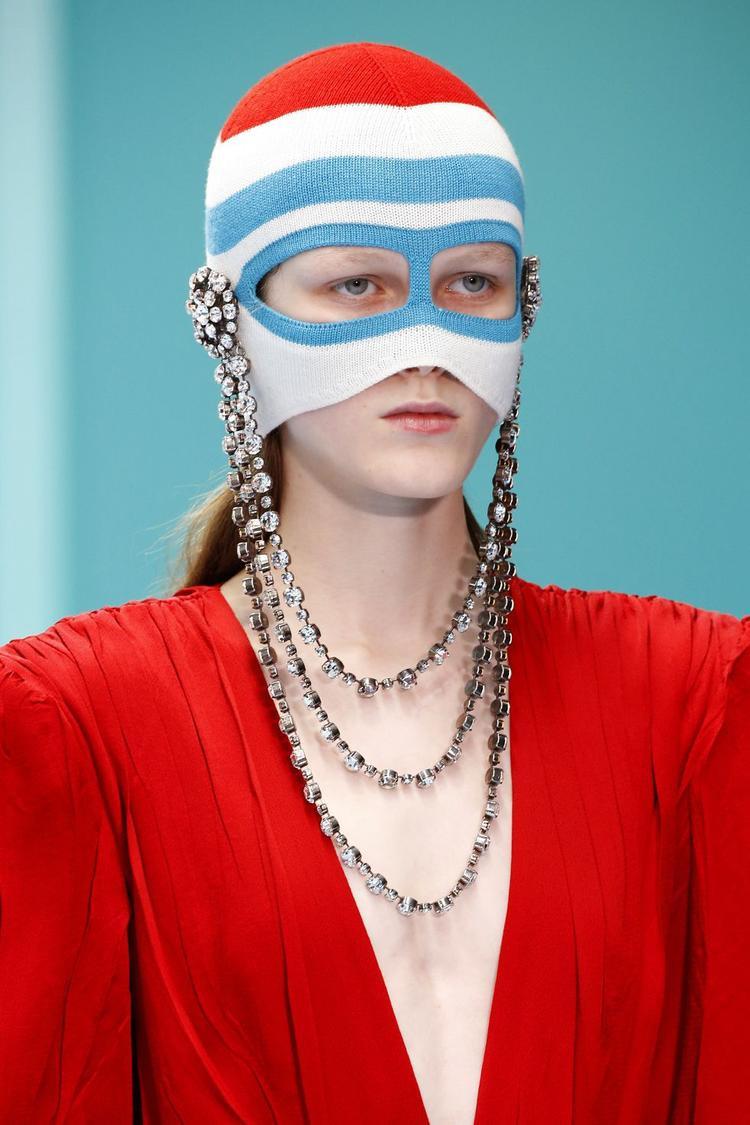 """Trong ngày đầu khai mạc tuần lễ thời trang thu, đông Milan 2018, Gucci đã khiến giới mộ điệu """"bùng nổ"""" bởi những thiết kế vô cùng độc đáo, kết hợp cùng loạt phụ kiện cá tính đến độ dị biệt. Một trong số đó là những chiếc mạng che mặt lấy cảm hứng từ… mặt nạ ăn trộm."""