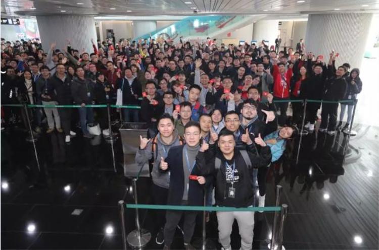 Các nhân viên công ty Tencent hào hứng sau khi nhận được lì xì.