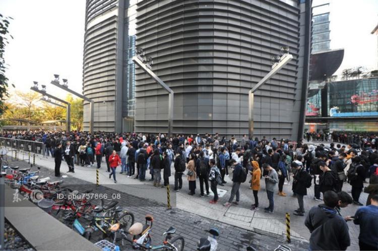 Hàng người xếp hàng dài đến nỗi phải vòng vài lần quanh trụ sở của công ty ở quận Nanshan, Thâm Quyến.