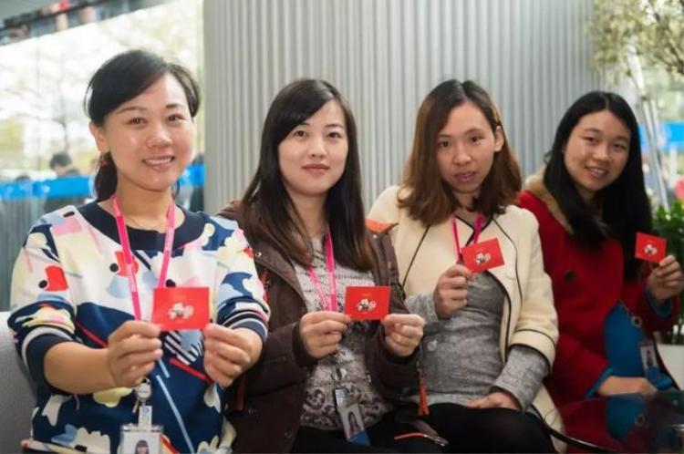 Mặc dù phải chờ đợi rất lâu nhưng ai ai cũng rất vui vẻ khi cầm được phong bao lì xì đỏ trên tay.