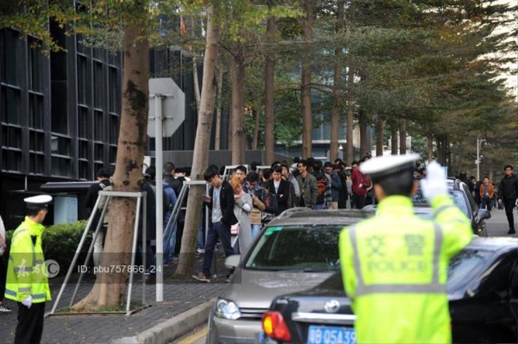 Do nhân viên quá đông nên lực lượng cảnh sát giao thông cũng được huy động tới để lưu thông xe cộ tại đoạn đường gần công ty.
