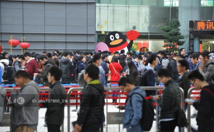 Được biết, hoạt động phát bao lì xì đỏ cho nhân viên nhân dịp đầu năm mới tại công ty Tencent đã có từ 20 năm trước.