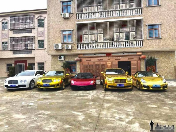 Những ngày gần đây, cư dân mạng Trung Quốc truyền tay nhau hình ảnh dàn siêu xe dát vàng.