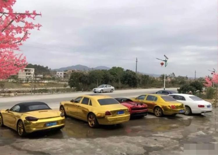 """Sự xuất hiện của đội siêu xe này nhanh chóng thu hút sự chú của đông đảo người dân qua đường. Ai cũng cảm thấy tò mò về những chiếc xe dát vàng. Nhân dịp Tết Nguyên đán, chủ nhân của những chiếc xe đã cho """"trưng bày"""" chúng để mọi người cùng chiêm ngưỡng."""