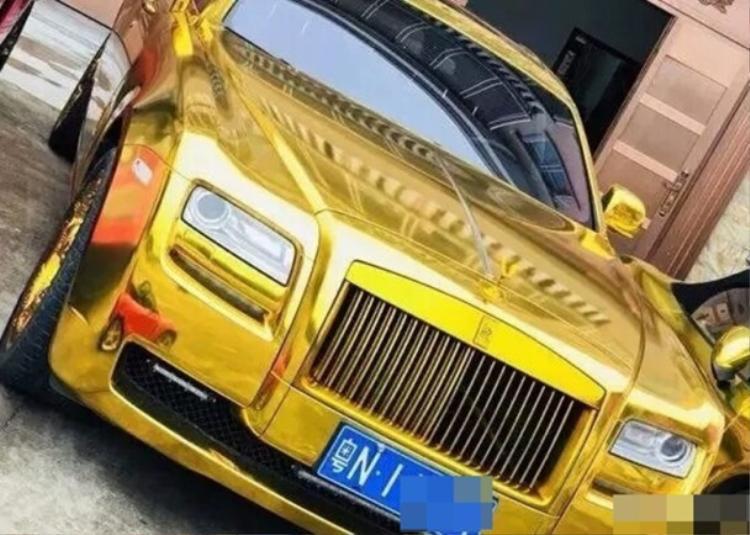 """3 chiếc xe thuộc các dòng Rolls-Royce,Bentley và Porsche được """"dát vàng""""."""