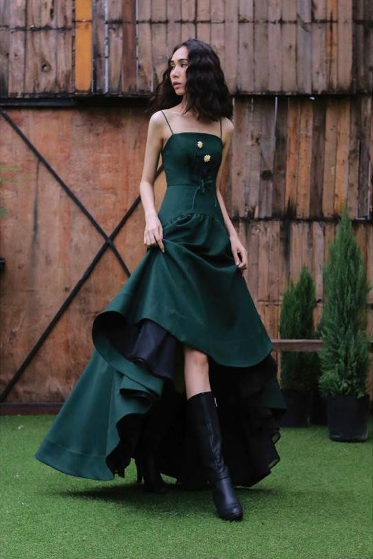 Cận cảnh chiếc váy màu xanh rêu của NTKLa Renn.