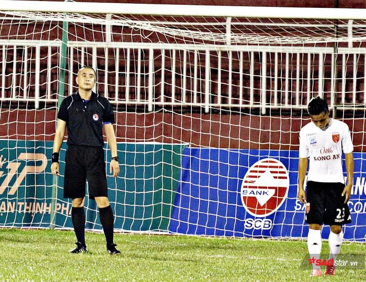 Trọng tài Nguyễn Trọng Thư bất lực trên sân Thống Nhất hồi năm ngoái.