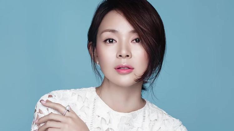 Yano Shiho được biết đến là vợ của vận động viên Choo Sung Hoon, đồng thời là mẹ của cô bé Sarang đáng yêu trong chương trình Siêu nhân trở lại.