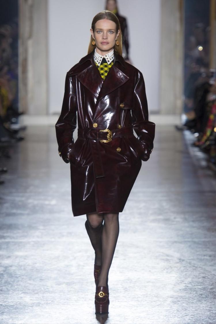 """Không còn phải cắt xẻ táo bạo, Versace năm nay chỉ cần """"kín cổng cao tường"""" vẫn thời thượng và đẹp vô cùng."""