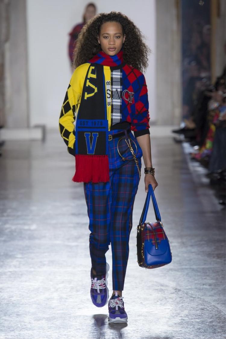 Không chỉ phối cùng tông, mùa lạnh năm nay, Versace còn gợi ý cách phối những mảng màu ca rô khác nhau, nhưng theo một cách tinh tế, không rối rắm.