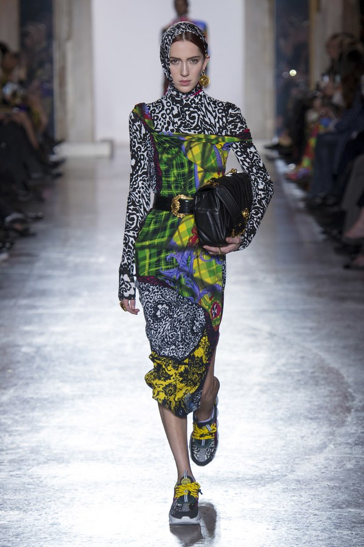 Bà cũng là một người thể nghiệm việc lấy ý tưởng văn hóa địa phương hay giới thiệu những nét đặc trưng của một thời kỳ vào quần áo. Đơn cử như việc sử dụng những nét cơ bản của thập niên 80 vào bộ sưu tập lần này.