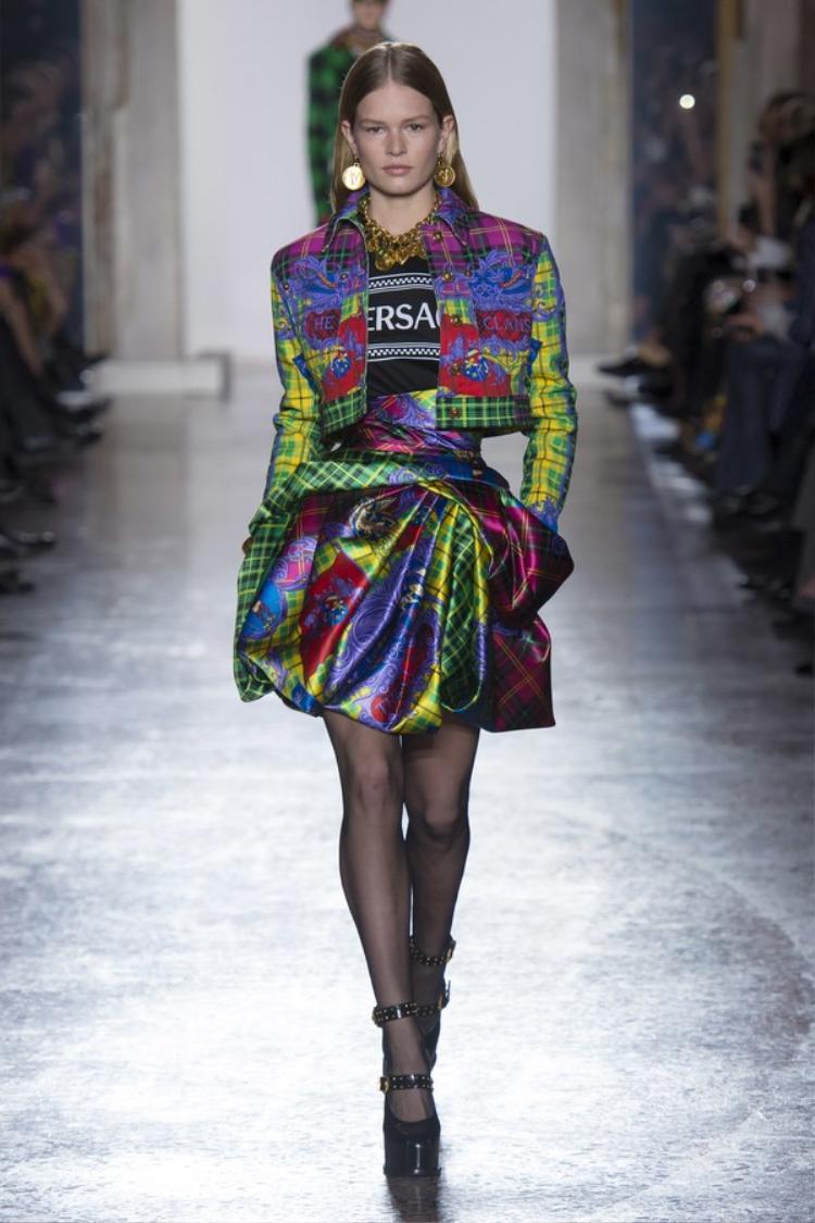 Dưới thời trị vì của giám đốc sáng tạo Donatella, Versace là một trong các hãng thời trang của Ý đã rất thành công khi kế thừa và phát triển các tinh hoa của hãng.