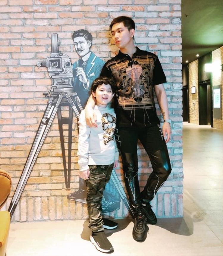 Đi xem phim cùng con trai nhưng cả hai lại không chụp ảnh chung.