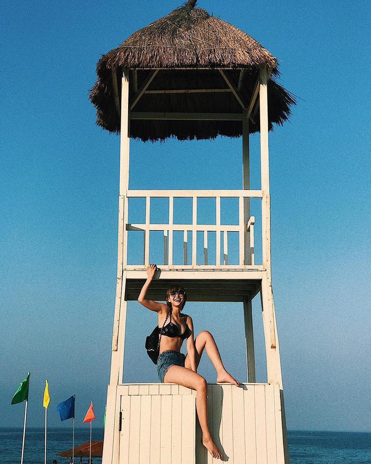 Diệp Linh Châu năng động với cách mix áo bikini cùng quần short jeans cạp cao. Làn da rám nắng của nữ stylist chính là điểm cộng rất lớn khiến cô vừa sexy lại rất phong cách.