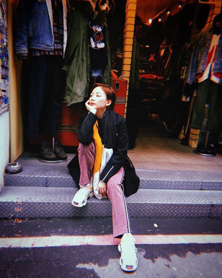 Vừa tậu được đôi sneakers của Balenciaga, Tóc Tiên đã sung sướng đến mức mang item này đi mọi nơi. Quả thật, nhà mốt Balenciaga khi bắt đầu mạo hiểm chuyển sang thiết kế sneakers thì đẳng cấp của thương hiệu streetwear này ngày càng được nâng lên tầm cao mới.