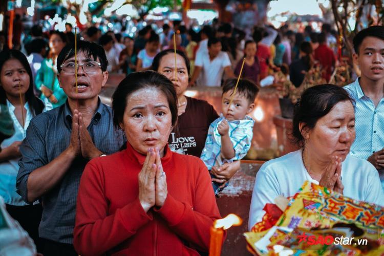 Vía chư thiên là hoạt động truyền thống của người dân Sài Gòn vào đầu năm để cầu may mắn, ấm no, hạnh phúc.