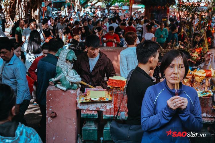 Dòng người chen chúc nhau khấn vái tại chùa Ngọc Hoàng.