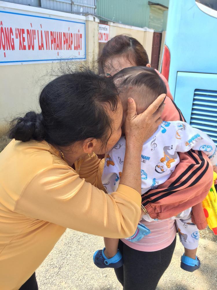 Bà ngoại ôm hôn cháu trước khi chia tay. Ảnh: NVCC.