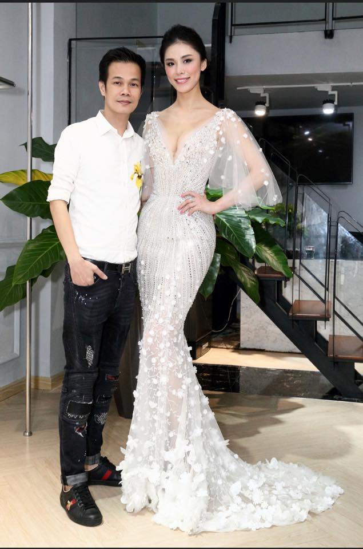 Người đẹp chia sẻ, cô rất thích những bộ váy dạ hội dáng đuôi cá, tôn đường cong hiệu quả của Hoàng Hải. Cựu hoa hậu cũng khá bất ngờ khi biết bộ cánh Hoa hậu Hoàn vũ 2016 mặc khi đăng quang là của nhà thiết kế Việt Nam.