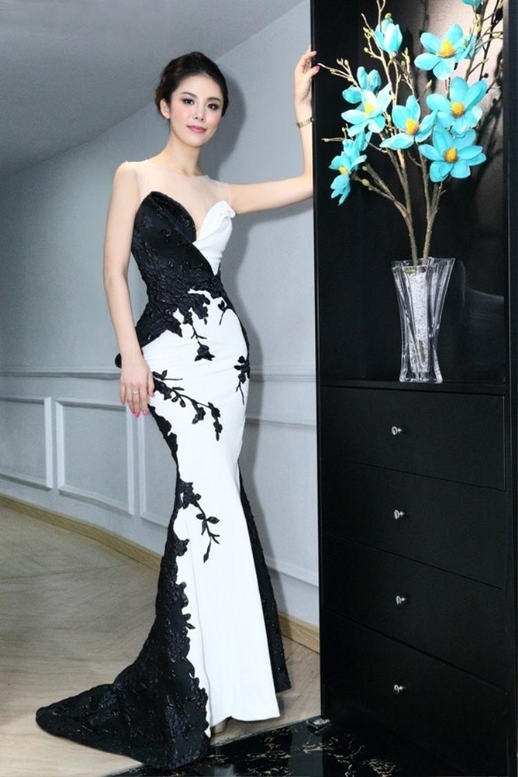 Bộ váy đuôi cá nhẹ nhàng tôn lên những đường nét uyển chuyển, thanh thoát của người đẹp. Hoa hậu người Nhật khiến không ít người xuýt xoa bởi vóc dáng chuẩn.