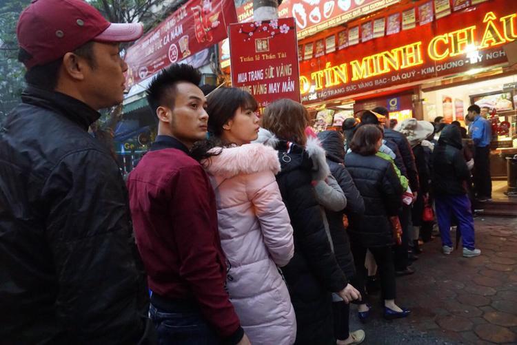 Cảnh người dân chen chân xếp hàng chờ mua vàng Bảo Tín MInh Châu ở số 29 Trần Nhân Tông.