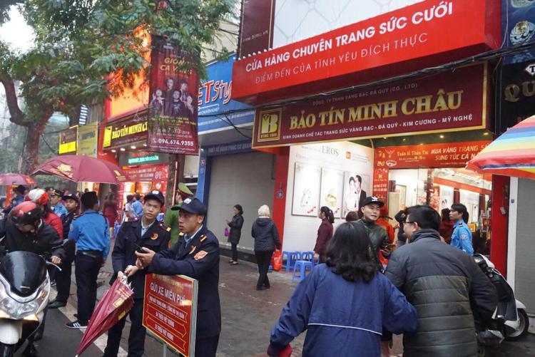 Khách thong thả vào mua vàng tại cơ sở Bảo Tín Minh Châu.