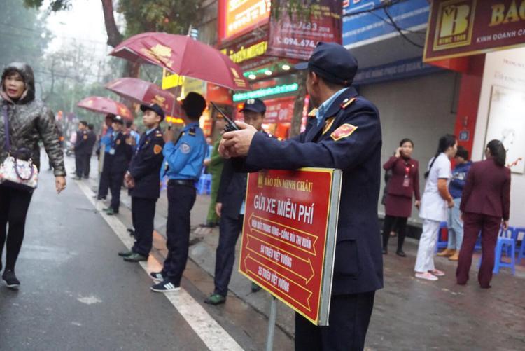 Tiệm vàng Bảo Tín Minh Châu gần đó nhưng khách ít hơn. Tiệm vàng cũng bố trí chỗ để xe cho khách.