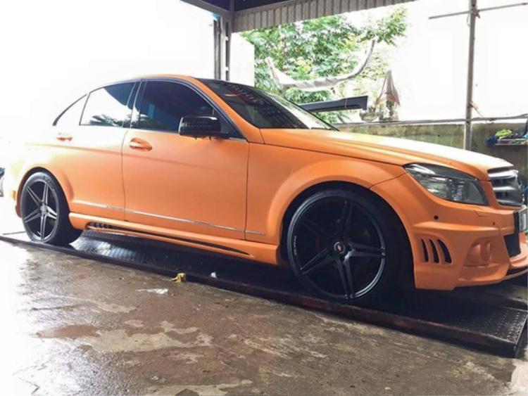 Nam ca sỹ cũng được cho là có một chiếc Mercedes-Benz C200 đời cũ, tuy nhiên được độ lại với màu cam nhám khá ấn tượng. Phiên bản gốc của chiếc xe này sử dụng động cơ bốn xy lanh, dung lịch 1,8 lít với công suất tối đa 184 mã lực, mô-men xoắn cực đại 270 Nm. Hiện nay những chiếc Mercedes-Benz C200 đời mới nhất có giá khoảng trên dưới 1,5 tỷ đồng.