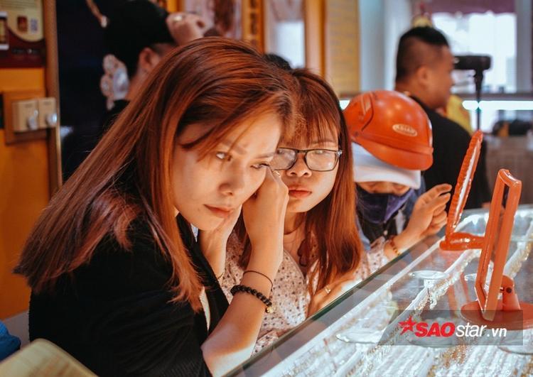 Chị Tuyết Anh (Quản lý của tiệm vàng Mi Hồng) cho biết: Ngày Thần Tài mọi năm đều là ngày dân Sài Gòn đổ đi sắm vàng đông nhất.