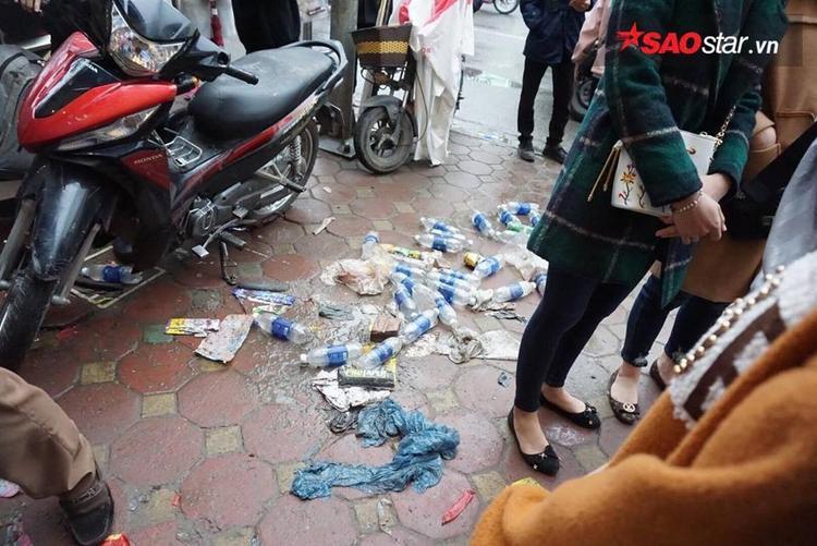 Nhiều người xếp hàng, sau khi sử dụng xong chai nước vứt lăn lóc ngoài đường khiến lực lượng Cảnh sát khu vực phải nhắc nhở.