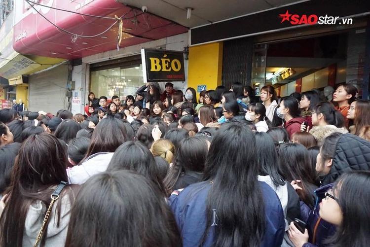 Vì thế, ngay khi đọc được thông tin về chương trình giảm giá đúng ngày vía Thần Tài, hàng nghìn người đã đổ về đây chờ mua hàng.